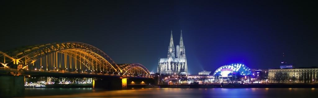 夜景が映えるケルン大聖堂