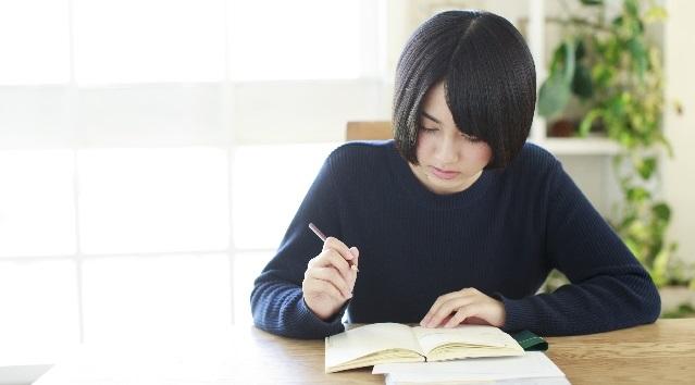 第二外国語の選択に悩む大学生