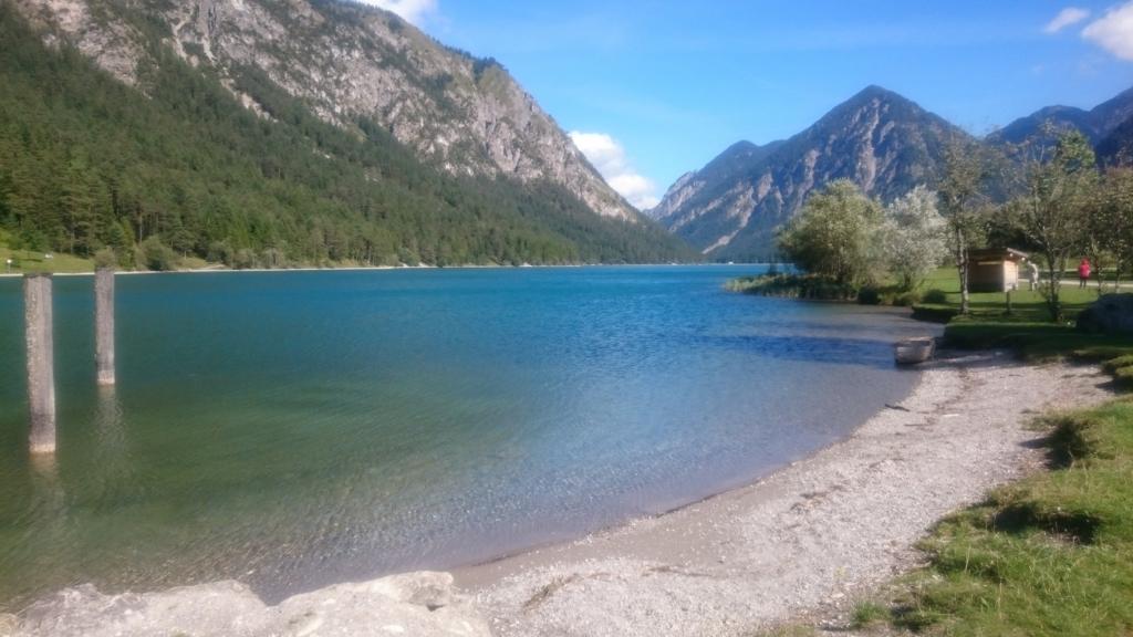 透き通った水と山の組み合わせがきれいなハイターヴァンガー湖
