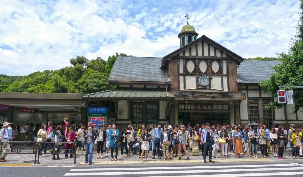 JR原宿駅と若者たち
