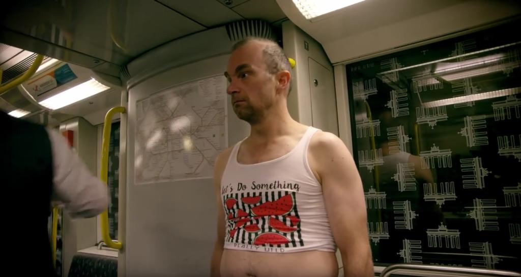 小さめのTシャツでおなかを出す人
