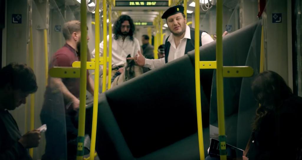 ソファを電車に持ち込む若者