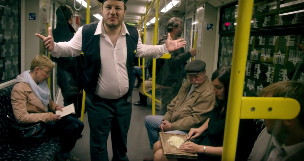 玉ねぎを電車の中で平気な顔で切る女性