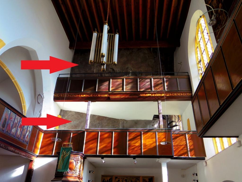 崖と一体となった教会の内装
