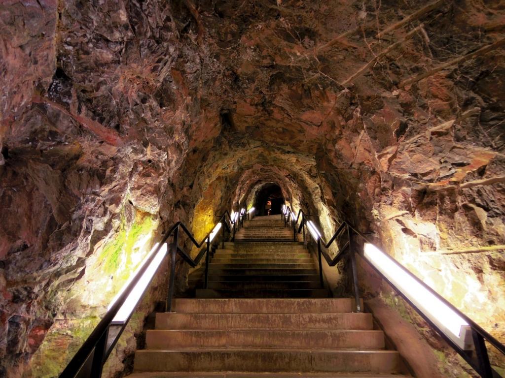 岩肌がリアルなトンネル