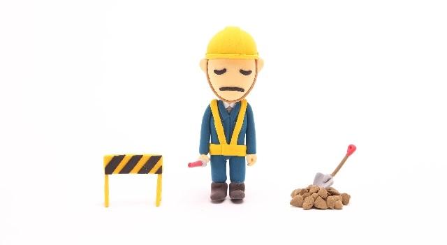 工事現場で歩行者を誘導する人