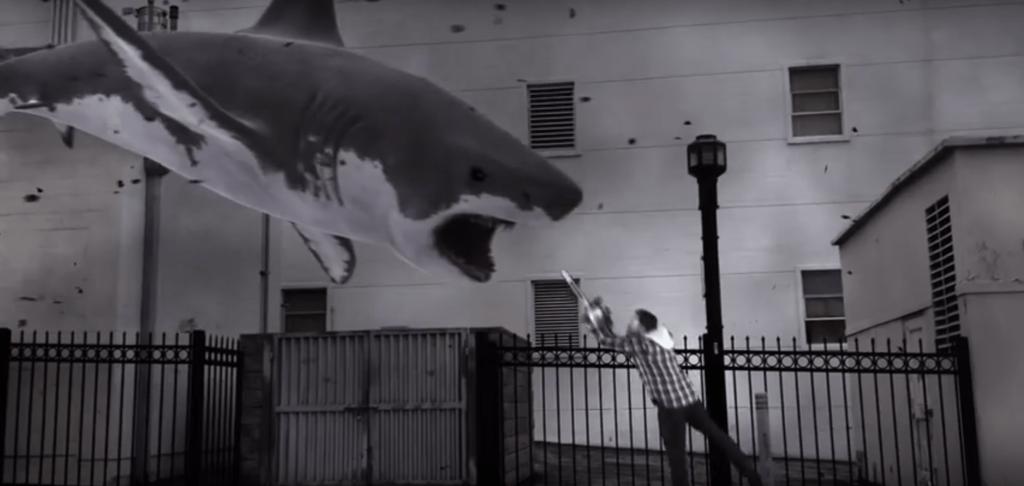 チェーンソーでサメに立ち向かう主人公
