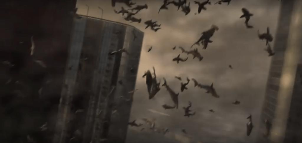 空に巻き上げられる殺人ザメ