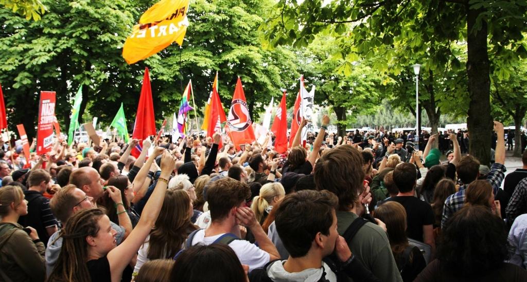 不満をもってデモをする市民