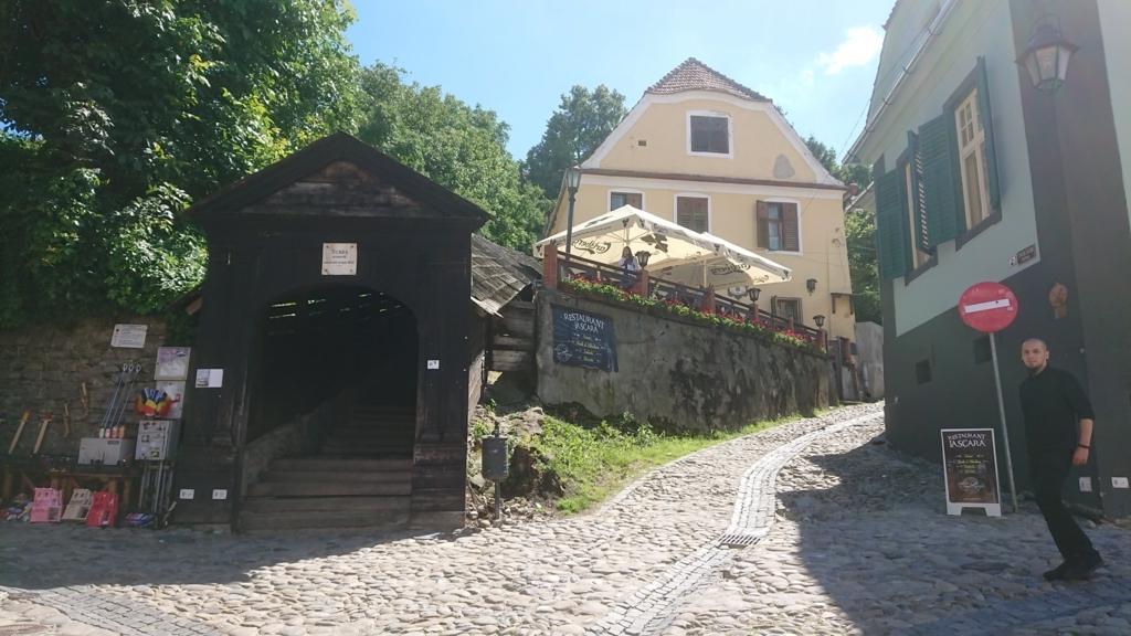 屋根付き階段の入り口