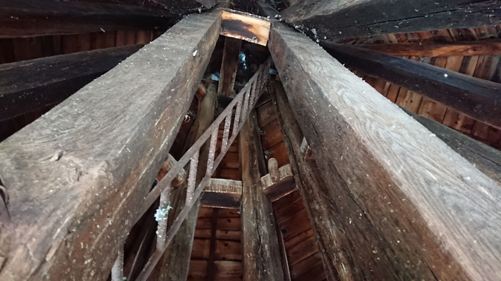メインの鐘の上にある3つ目の鐘への道