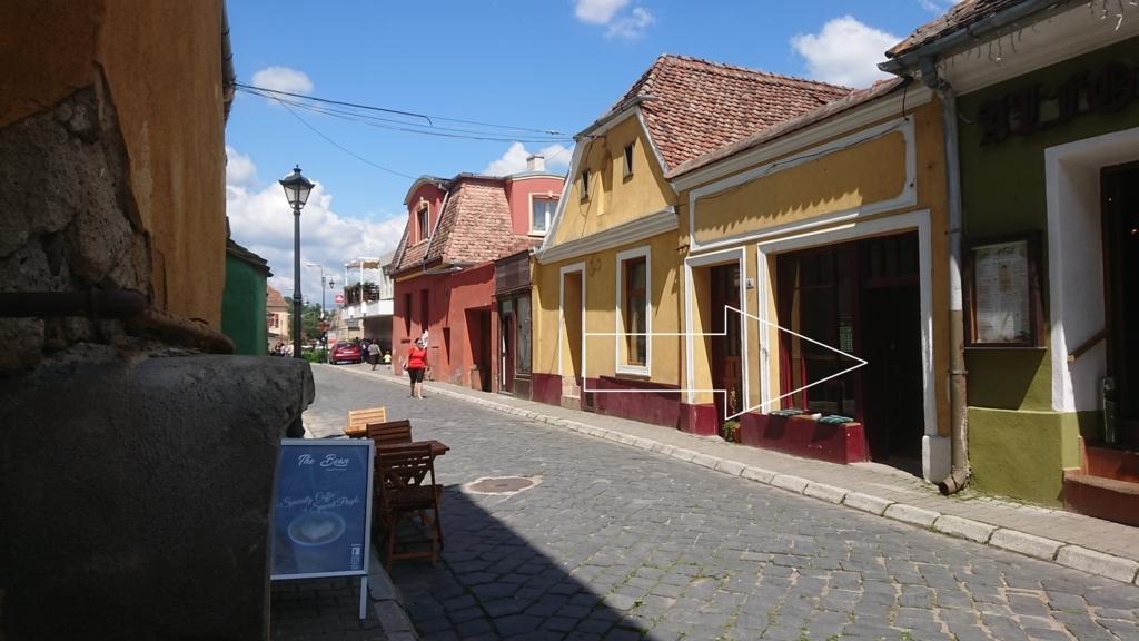 街の下にあるコーヒーのおいしいカフェ