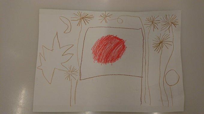 <5歳次男が幼稚園で描いてきた絵。日本の国旗の周りを、オーストリアの新年の風物詩、花火が飛び交っています>