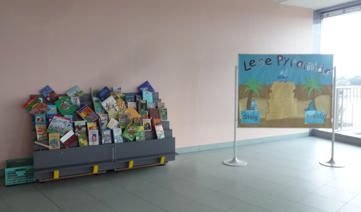 <オーストリアの小学校の入り口ホールには、図書館とは別に、自由に持ち寄って借りてよい本棚があります>