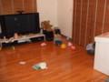 がらんとした居間で独り遊ぶ娘