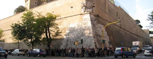 バチカン博物館入場に並ぶ列