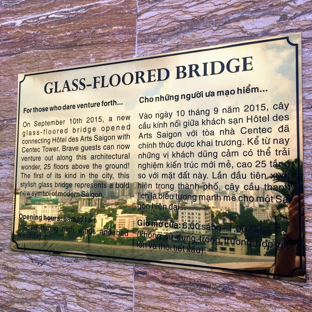 ガラスの床の橋の説明板