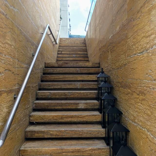 ガラスの床の橋への階段
