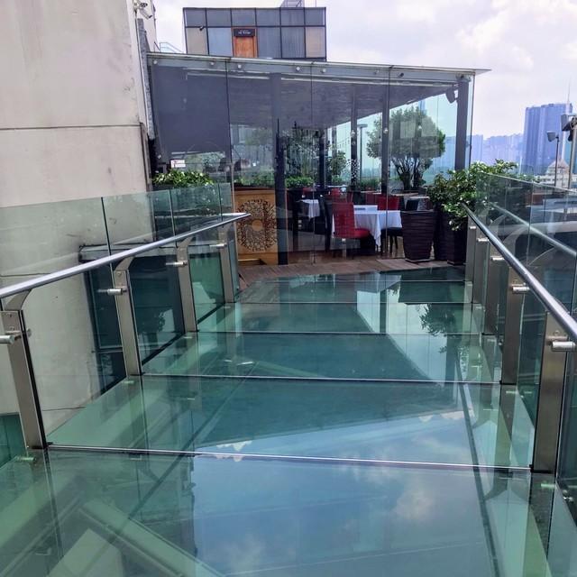 ガラスの橋の向こうのレストラン