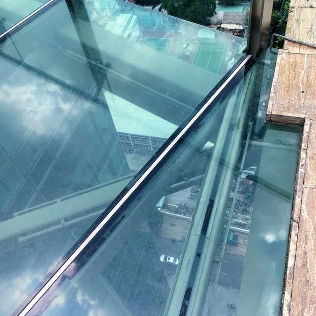 ガラスの橋と地上を行き交う車