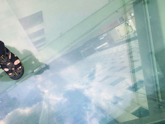 ガラスの床の橋を上から覗いた景色
