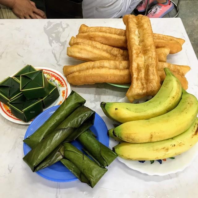 テーブルに置かれたバナナ、パン、ベトナム風ソーセージ