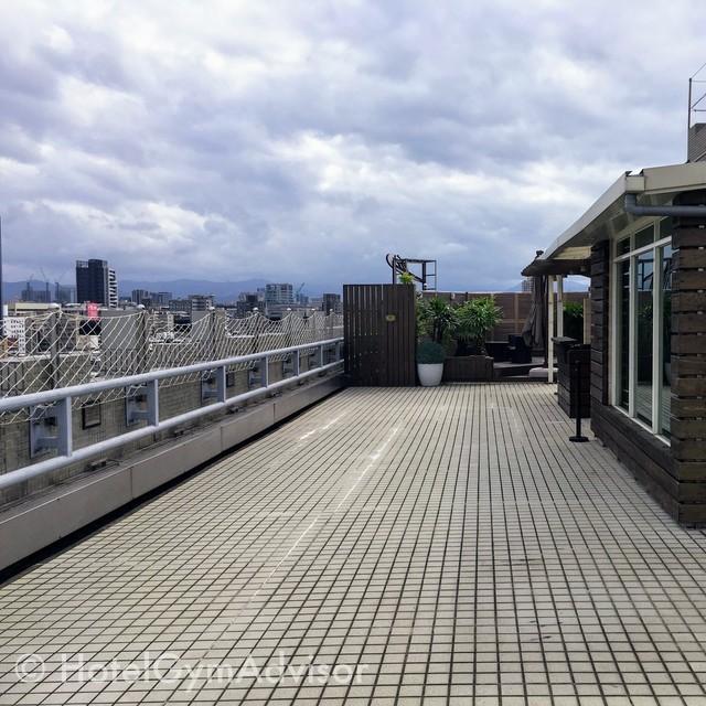 ジムの外の屋上スペース