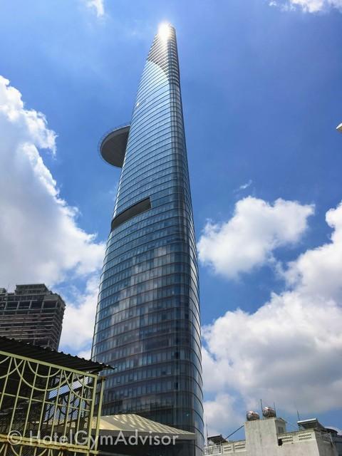 プールから見たビテクスコフィナンシャルタワー
