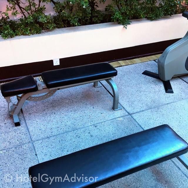 サイゴンプリンスホテルのジムの外に置かれたベンチ