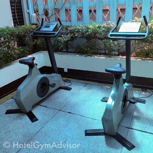 サイゴンプリンスホテルのジムの屋外に置かれたステーショナリーバイク