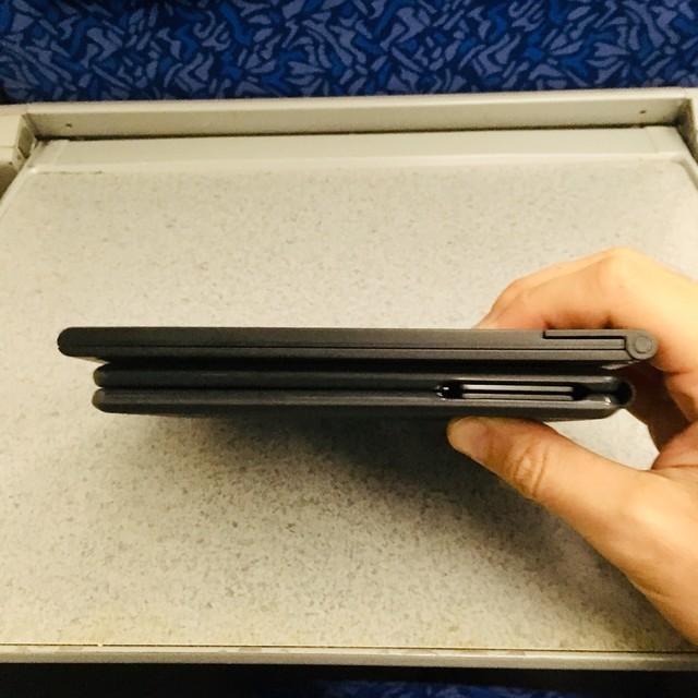 折り畳みキーボードとタブレットスタンドをつまんだところ