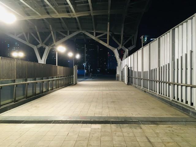 駅から延びる通路