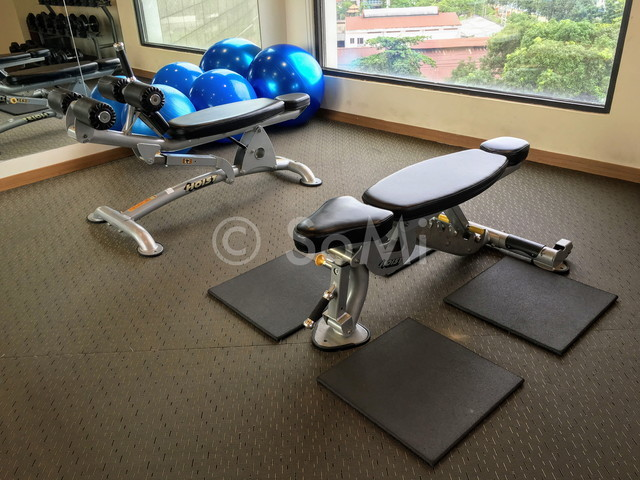 Sit-up bench and adjustable bench in Hotel Nikko Saigon