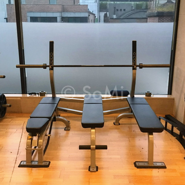 Bench press in the gym of Hotel Prima Seoul