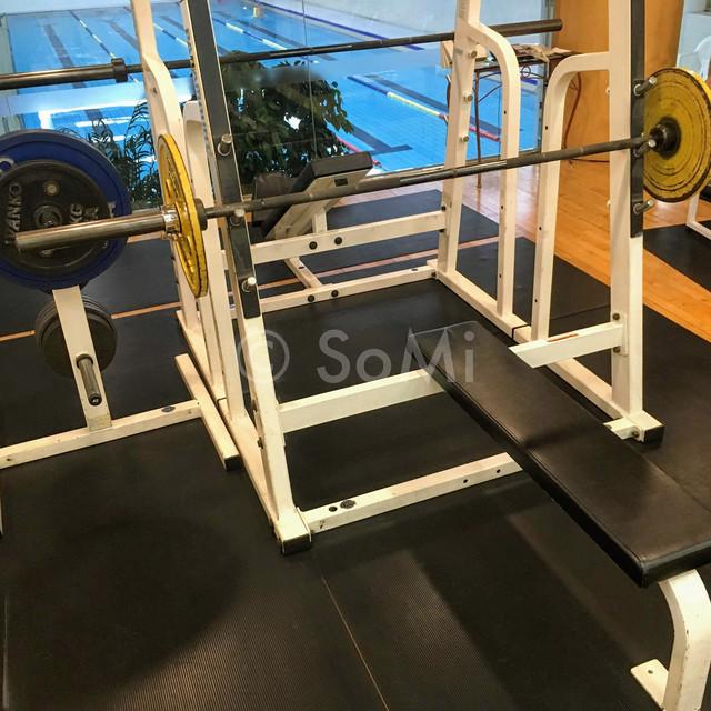 Bench press in the gym of Hotel Riviera Cheongdam