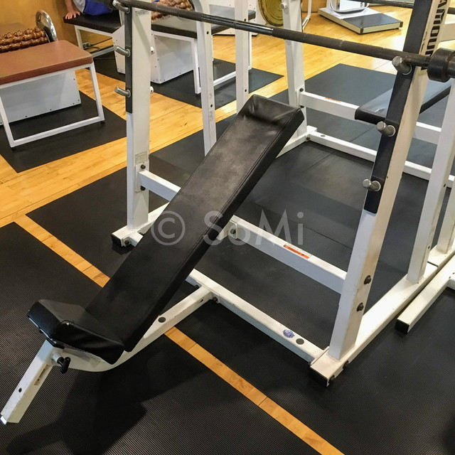 Incline press in the gym of Hotel Riviera Cheongdam