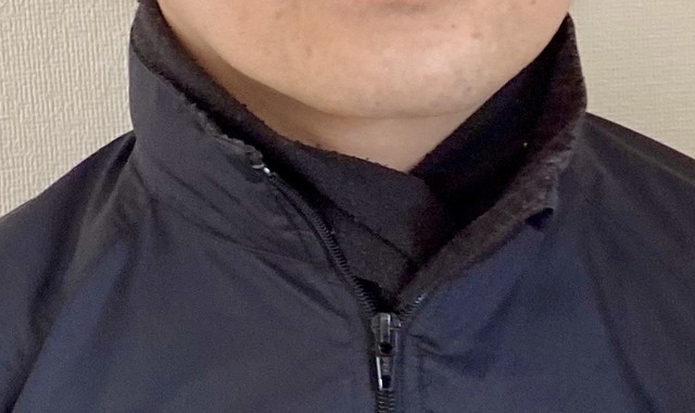 PatagoniaのマイクロD-LUXEスカーフを巻いた首元