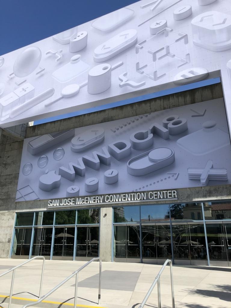 WWDC会場入り口。大きくWWDC18の看板が掲げられている