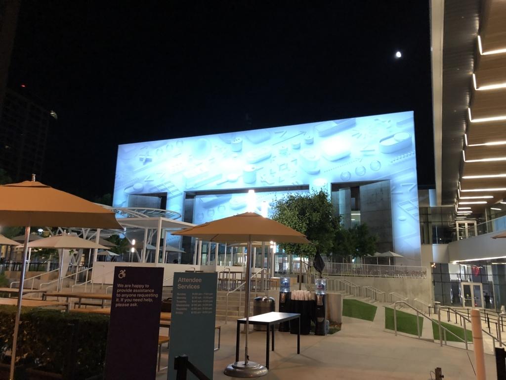まだ暗い時間帯のWWDC会場の屋外