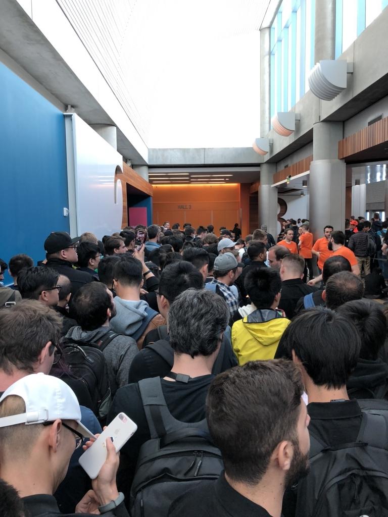 ホール開場前、通路で待っている様子。多くの人で混みあっている