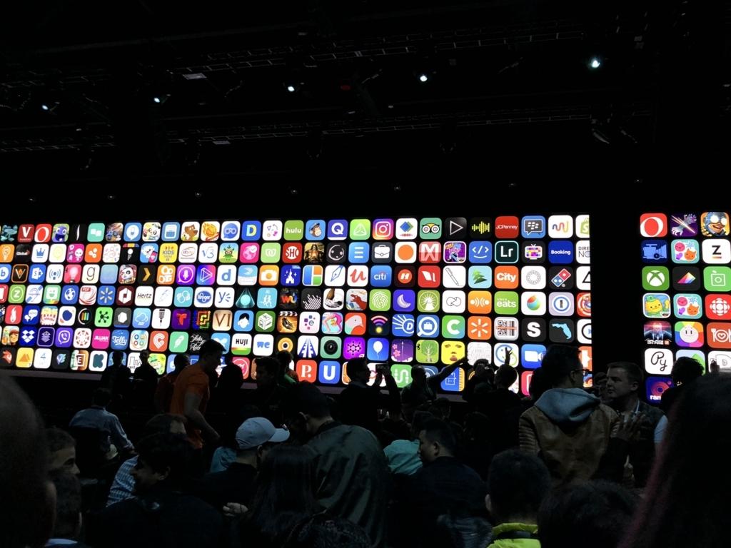 ホールの中に入れた様子。奥に見えるスクリーンには数多くのアプリアイコンが表示されている