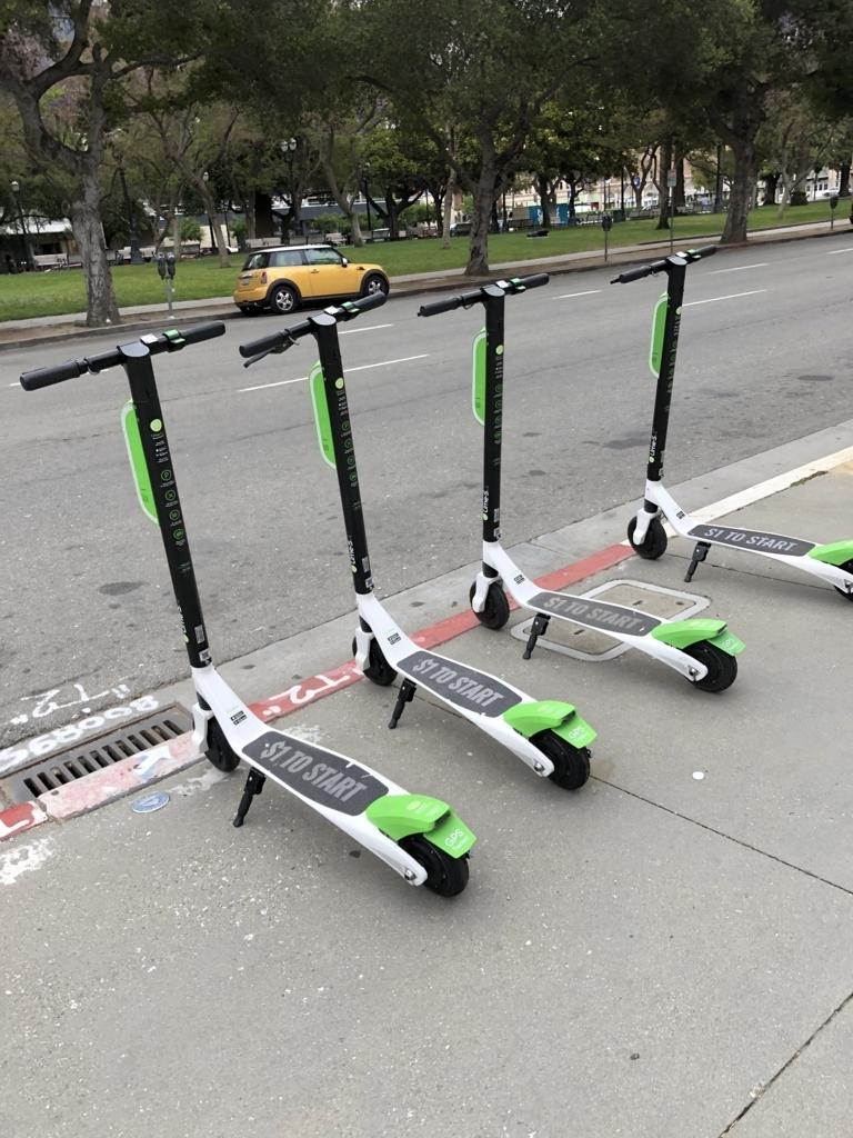 道端に停められた4台のLime-s電動スクーター