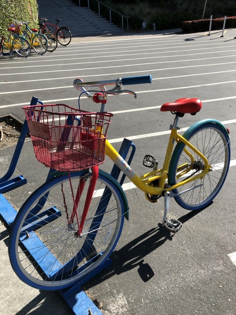 Googleplexの社員用自転車。各部のパーツがGoogleのロゴの配色になっている