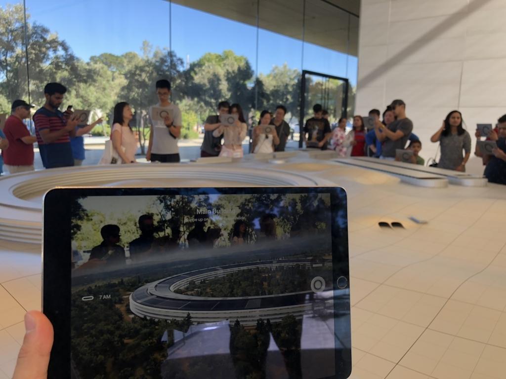 Apple本社の模型の説明をiPadで見ている様子