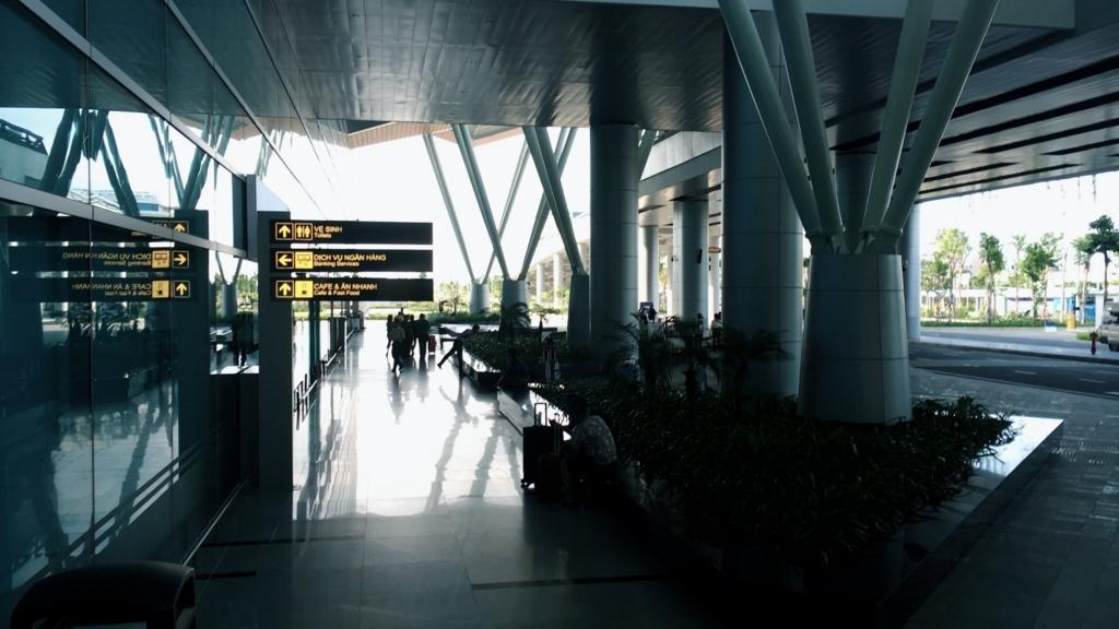 ダナン空港から外に出て左側の風景
