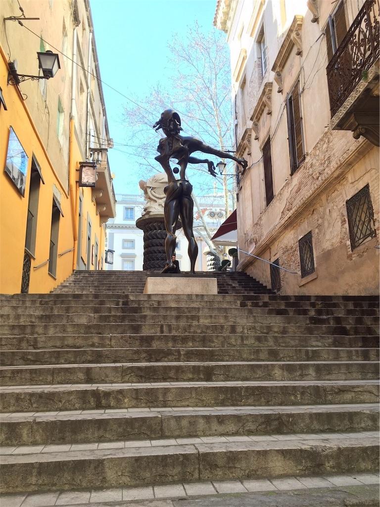 フィゲラスのダリ美術館のモニュメント
