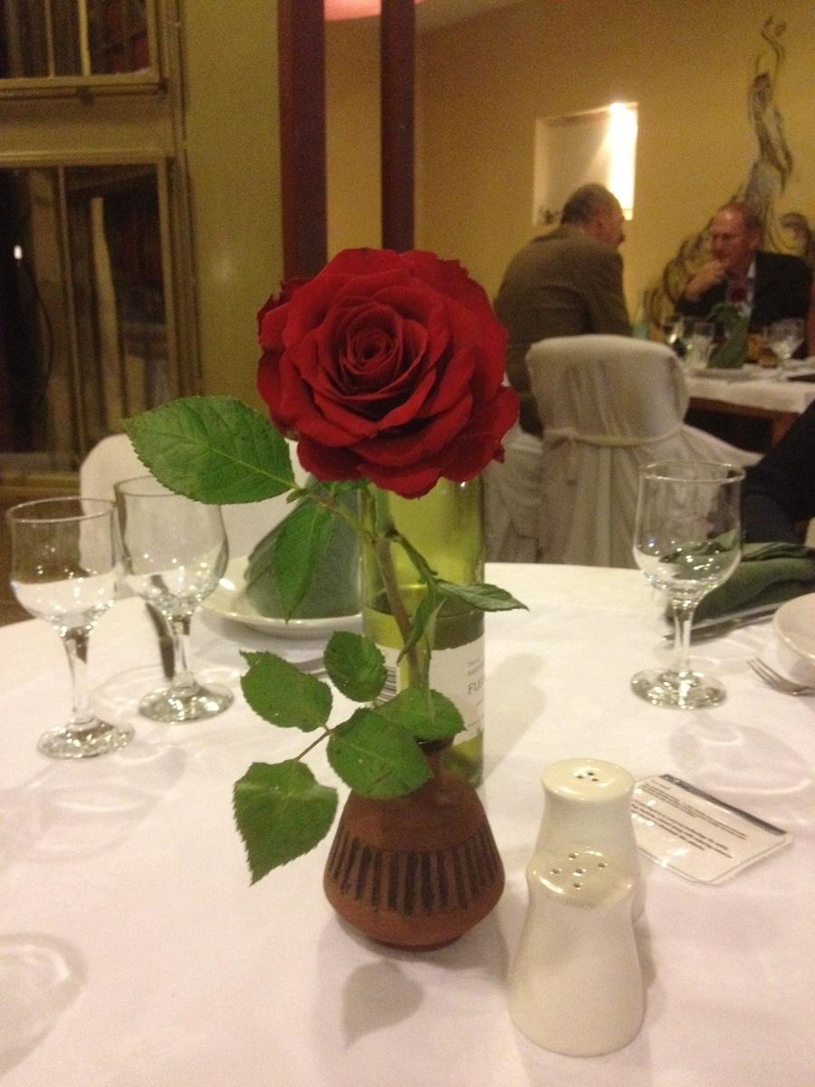 アディスアベバのレストランのテーブルに飾られたバラ
