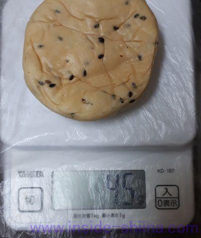 糖質オフの黒ごまとチェダーチーズクリームのパン2個入見た目と重さ