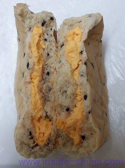 糖質オフの黒ごまとチェダーチーズクリームのパン2個入中身