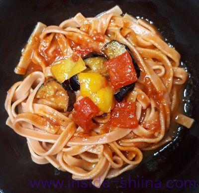 野菜を食べる生パスタトマトソースお皿